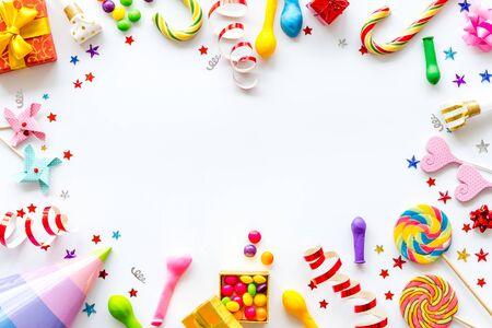 Marco de tiempo de fiesta con decoraciones en maqueta de vista superior de fondo blanco