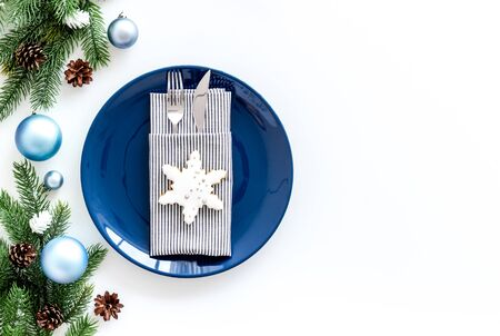 Table setting for new year 2020 celebration with pine branch, decorations, plate and tableware on white table background top view copyspace Stockfoto