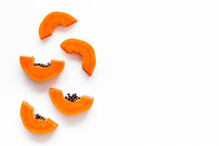 Papaia succosa matura. Fette di papaia vista dall'alto.