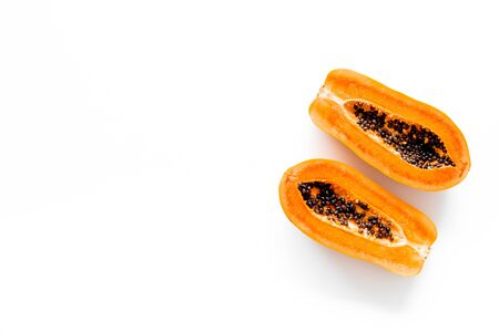 Ripe juicy papaya. Two halfs of papaya top view. Banque d'images - 129475095