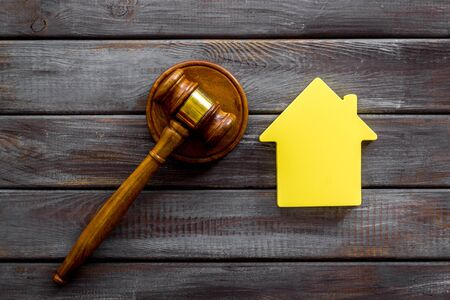 Inscribed gavel, house figure for inheritance concept on wooden background top view Stok Fotoğraf - 129787165