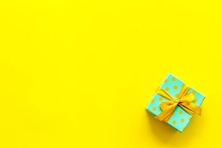 gifts on yellow background top view mock up Imagens