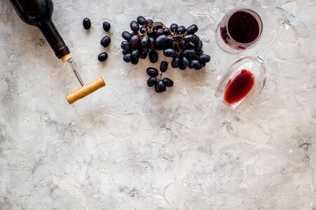 Testing wine concept. Wine bottle near black grape, wineglass and corkscrew Фото со стока - 129972910