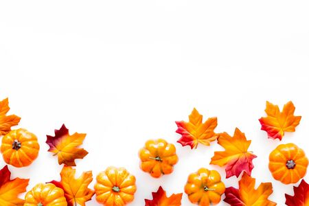 Herbsthintergrund mit Blättern und Kürbissen auf weißem Draufsichtraum für Textrahmen