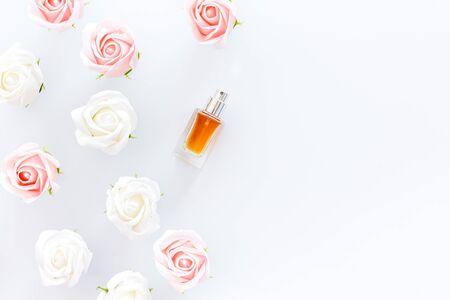 Parfüm- und Blumenzusammensetzung auf Draufsichtmusterrahmenkopienraum des weißen Hintergrundes Standard-Bild