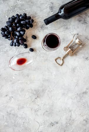 Red wine bottle near grape, wineglass and corkscrew Фото со стока - 130427698