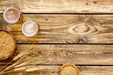 Ingrédients de la bière. Orge près des verres à bière sur l'espace de copie de vue de dessus de fond en bois rustique