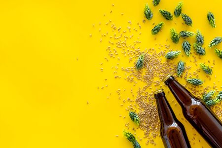 Barley and hop for making beer on yellow background top view copy space Stockfoto