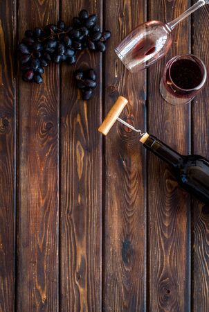 Composition with wine bottle on dark wooden background top view copy space Фото со стока - 130677794