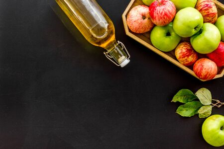Vinaigre à base de pomme fraîche sur l'espace de copie de la vue de dessus de fond noir