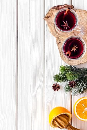 Background with mulled wine and New Year decoration on white wooden background top view frame space for text Foto de archivo - 130810914