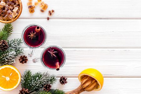 Background with mulled wine and New Year decoration on white wooden background top view frame space for text Foto de archivo - 130810916