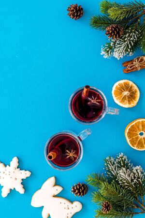 Romantic New Year with two glasses of mulled wine on blue background top view frame copy space Foto de archivo - 130810979