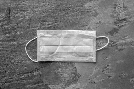 Griep preventie concept. Medisch gezichtsmasker op grijze achtergrond bovenaanzicht kopie ruimte Stockfoto