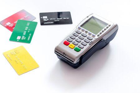 Terminal bancaire pour les paiements et carte en plastique sur fond blanc. Banque d'images