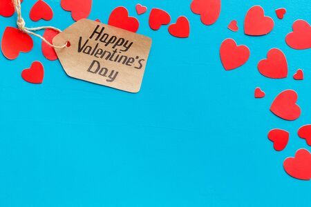 Happy Valentines Day design. Red hearts frame with lable on blue background top-down copy space 版權商用圖片