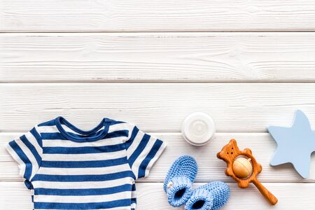 Baby background - blue color. Clothes and accessories for newborn boy on white wooden table top-down frame. Archivio Fotografico - 137880830