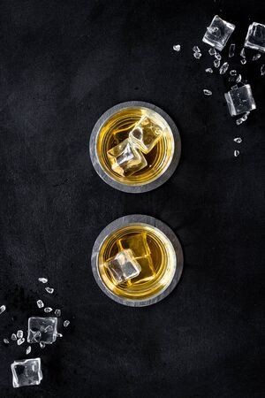 Whiskey with ice cubes on black background top-down. Banque d'images - 138379693