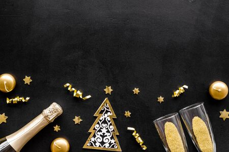 New Year card with champagne glasses - gold color - on black background frame. Banque d'images - 138466978