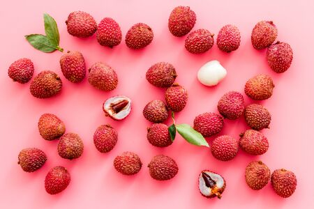 Lychee background. Exotic asian fruits on pink background top-down 版權商用圖片