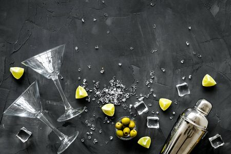 Bar background with martini glasses, shaker, ice, lemon and olives on grey table top-down copy space 版權商用圖片 - 142082270