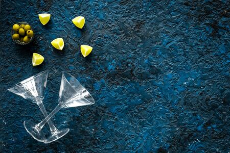 Aperitif drink concept. Martini glasses near olives and lemon on blue background copy space 版權商用圖片 - 142082477