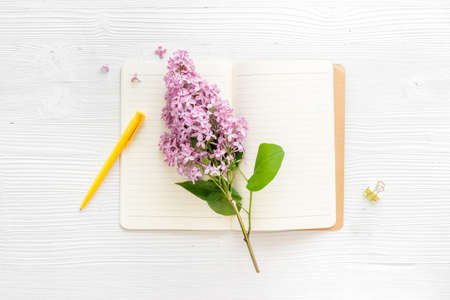Lilas flowers bouquet with cup tea and notepad top view Banque d'images