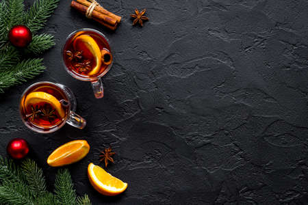 Christmas mulled wine with spices and oranges - winter hot drink 版權商用圖片