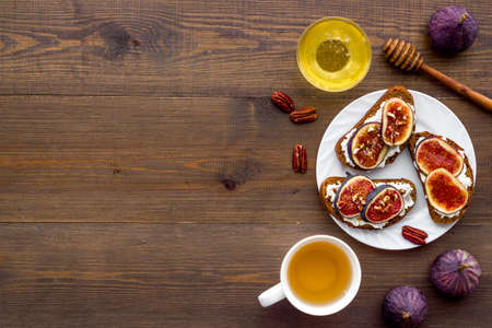 Sandwiches with figs, cheese and honey on plate 版權商用圖片