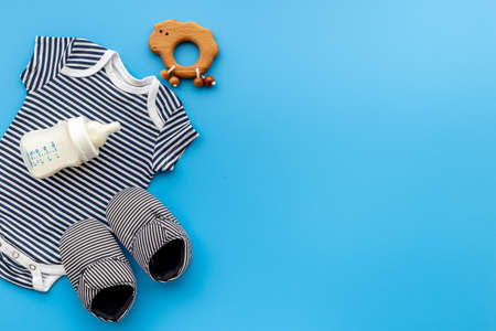 Baby shirt bodysuit with bottle of milk and kids accessories Foto de archivo - 168183436