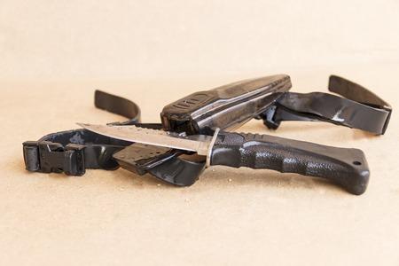 Messer mit Scheide. Ausrüstung für das Tauchen.