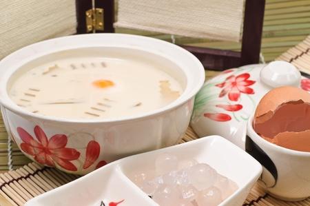leche de soya: Desayuno de leche de soja en un vidrio y doughstick frita con huevo, tailand�s