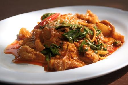 rode curry, heerlijk Thais eten, rode curry met wilde zwijnen, selectieve aandacht. Stockfoto