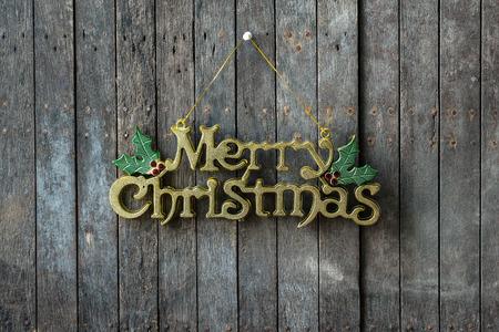 merry christmas text: Close up de dise�o Feliz Navidad del texto en la pared de madera Foto de archivo