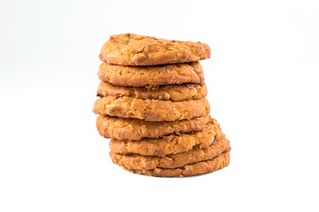 cikolatali: Stacked chocolate chip cookies  isolated on white background.