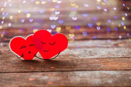 Red Valentine harten glimlachend en knuffel op oude rustieke houten achtergrond Stockfoto