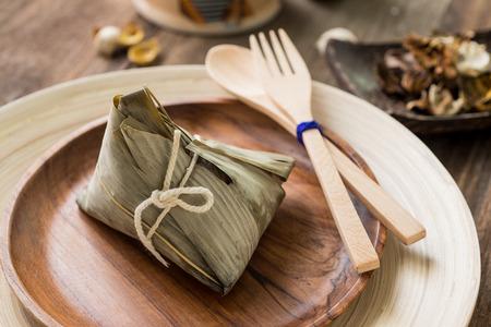 Aziatische Chinese rijst dumplings of zongzi met thee op houten achtergrond