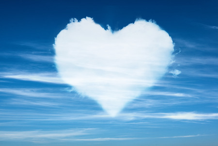 blauwe hemel met hart vorm wolken. Liefde concept