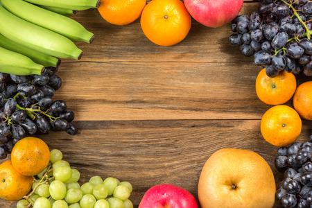 Studio Shot van Gezond eten, verschillende vruchten op oude houten tafel