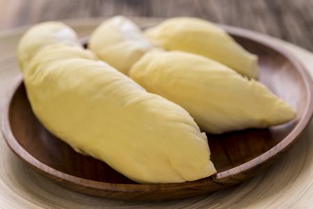Close-up van gele Durian in houten plaat op houten tafel Stockfoto