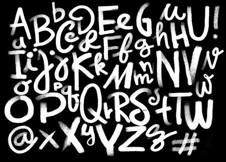 Dibujo dibujado a mano del alfabeto de la mano del lápiz de la fuente con tiza en fondo de la pizarra. Caligrafía dibujada mano. Tipografía moderna tiza.