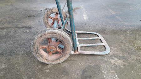 Kar met twee wielen met ijzeren rooster Stockfoto