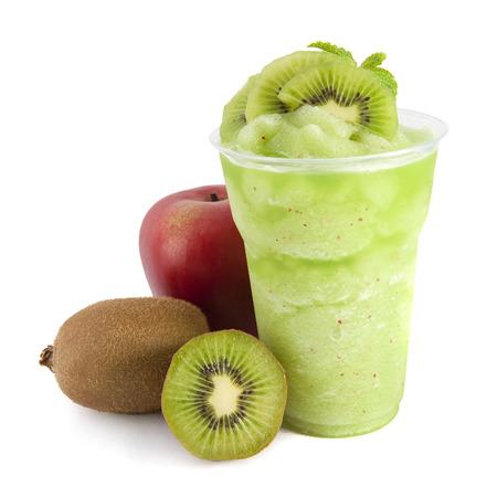batidos frutas: Apple y kiwi batidos sobre fondo blanco