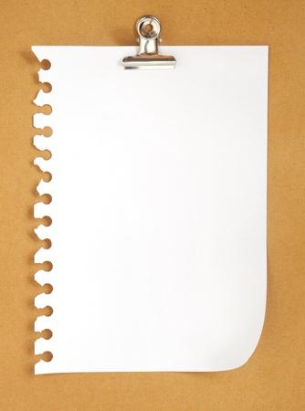 lege notitie papier op kartonnen achtergrond met clip