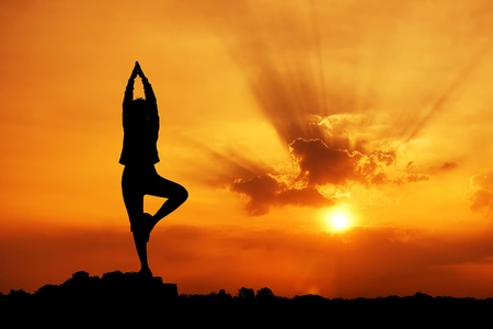 Silhouette of a beautiful Yoga woman in the morning  Stockfoto