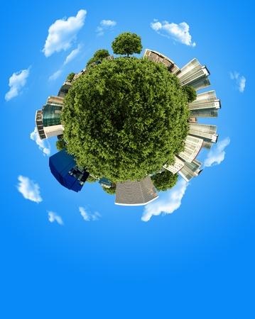 planeta verde: globo en miniatura de concepto con edificio y bosque sobre fondo de cielo azul con espacio de copia