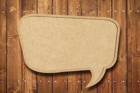 consommateurs: Bulle de discours blanc sur fond de bois