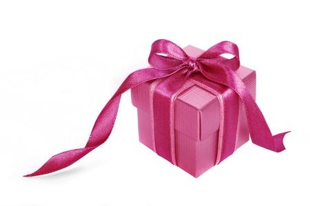 lazo rosa: Caja de regalo de color rosa con cinta de color rosa sobre fondo blanco