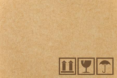 carton: Seguridad frágil icono en la caja de cartón de papel con el espacio