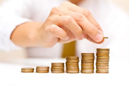 een man stijgende munten Stockfoto